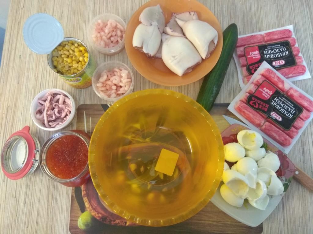 Вкусный салат с кальмарами, крабовыми палочками, яйцом, огурцом и кукурузой
