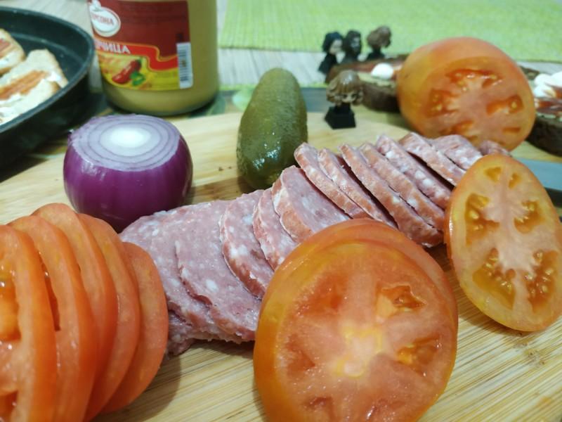 Ломтики помидор и колбасы