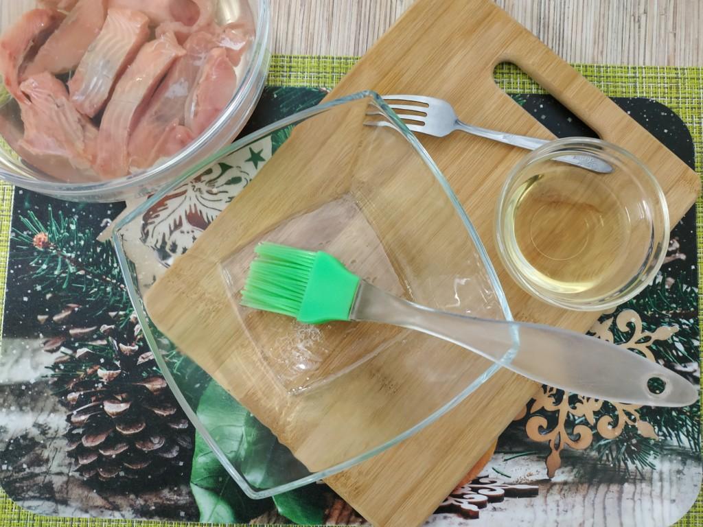 Смазываем посуду маслом