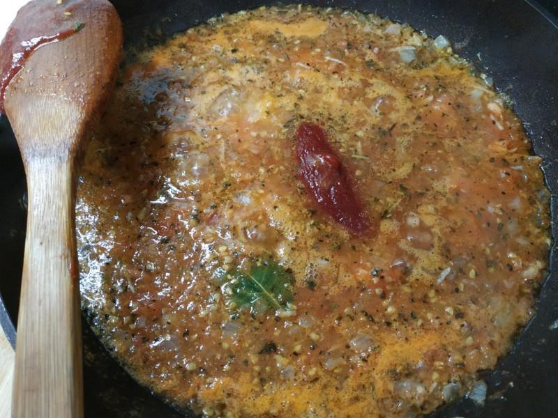 Ложка томатной пасты для соуса