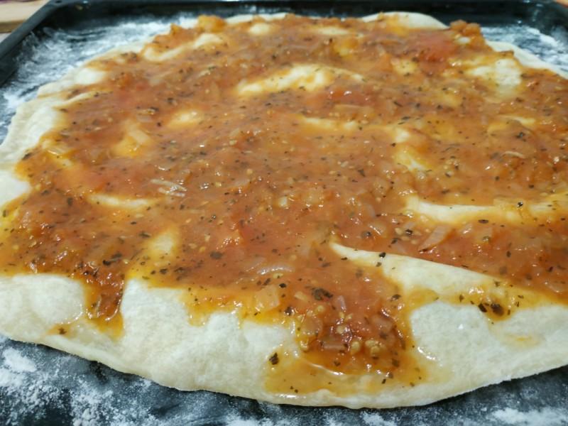 Смазываем тесто томатным соусом