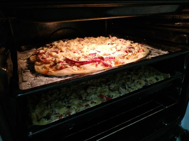 Запекаем пиццу в духовке 10 минут или 20 минут, до готовности.