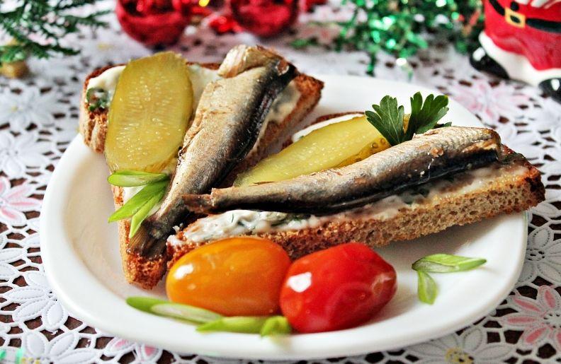 Бутерброды со шпроты на новогоднем столе