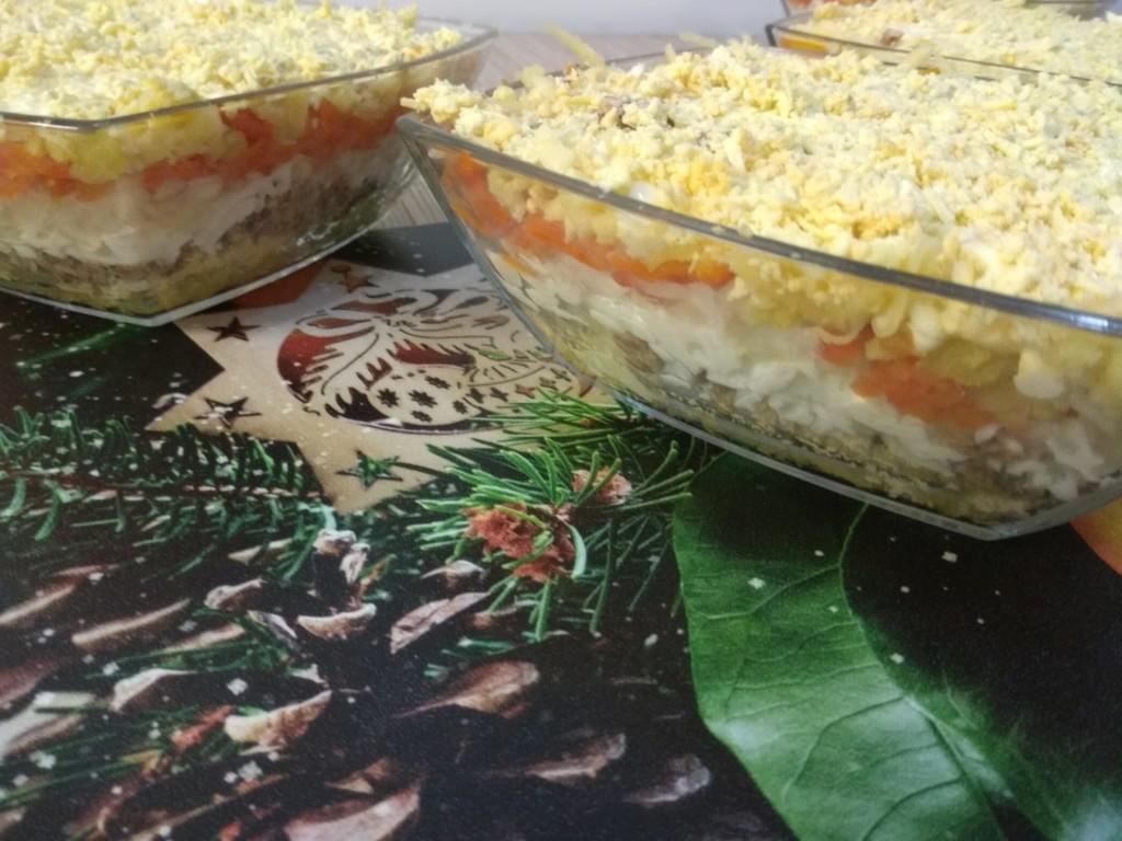 Тарелки с салатом Мимоза