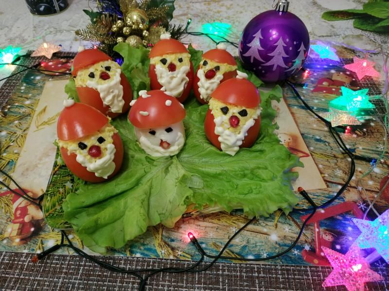Праздничная закуска к новому году в виде Деда Мороза