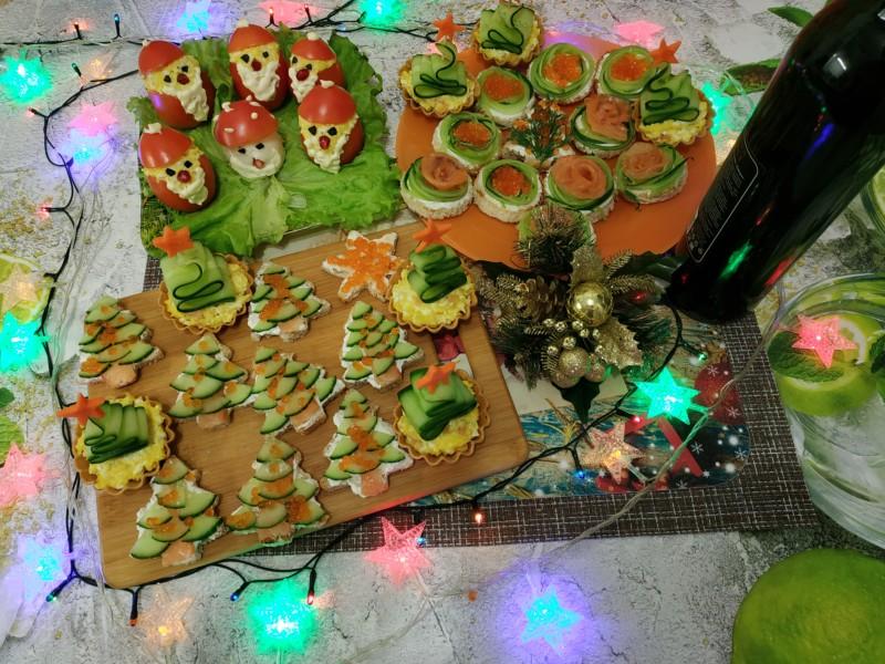 На фото показаны различные закуски к Новому году