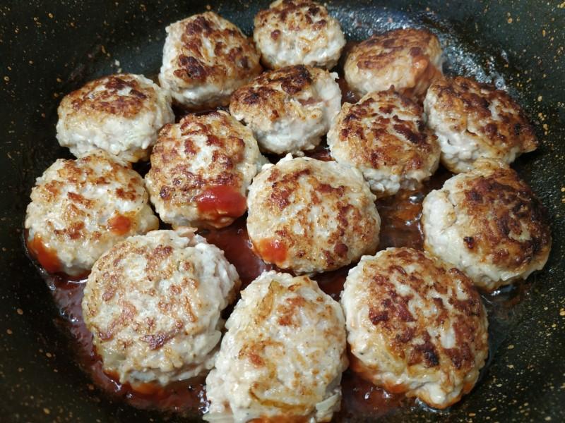 Соус для тефтелей начинаем с томатной пасты