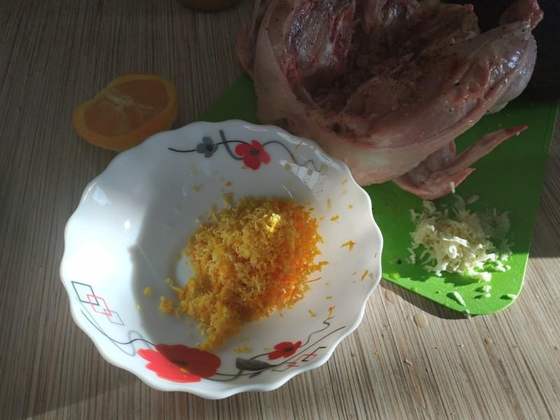 Натираем на терке чеснок и цедру апельсина