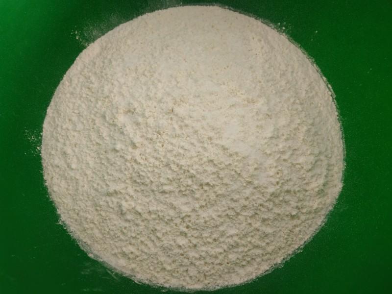 Просеиваем муку и добавляем соль