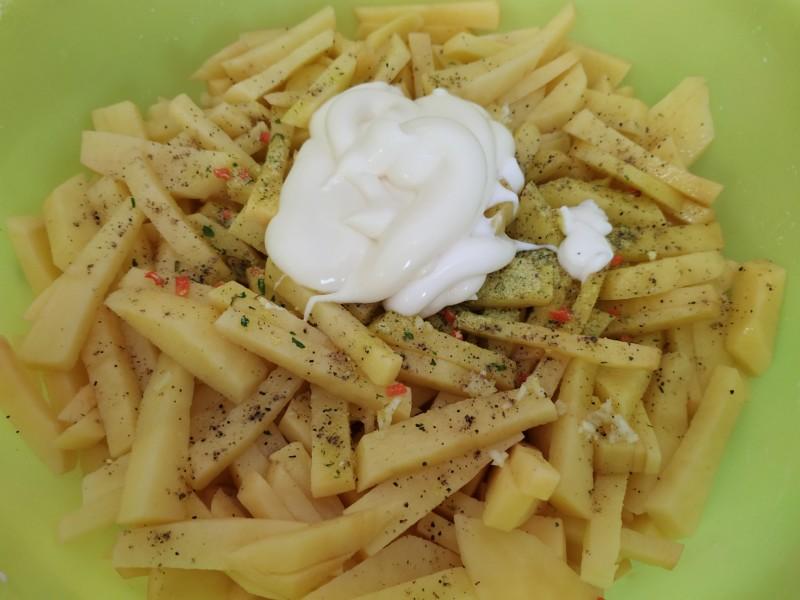 Картофель с перцем и солью смешиваем с майонезом