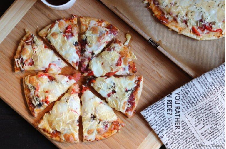 Вкусная пицца с колбасой и сыром