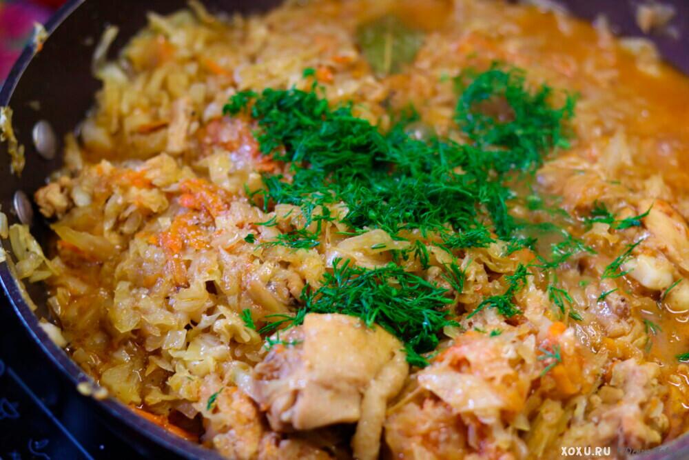 Как потушить капусту с курицей в сковороде